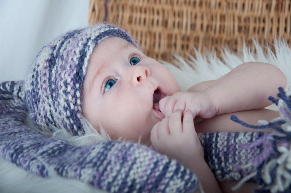 ребенок в вязаной шапочке