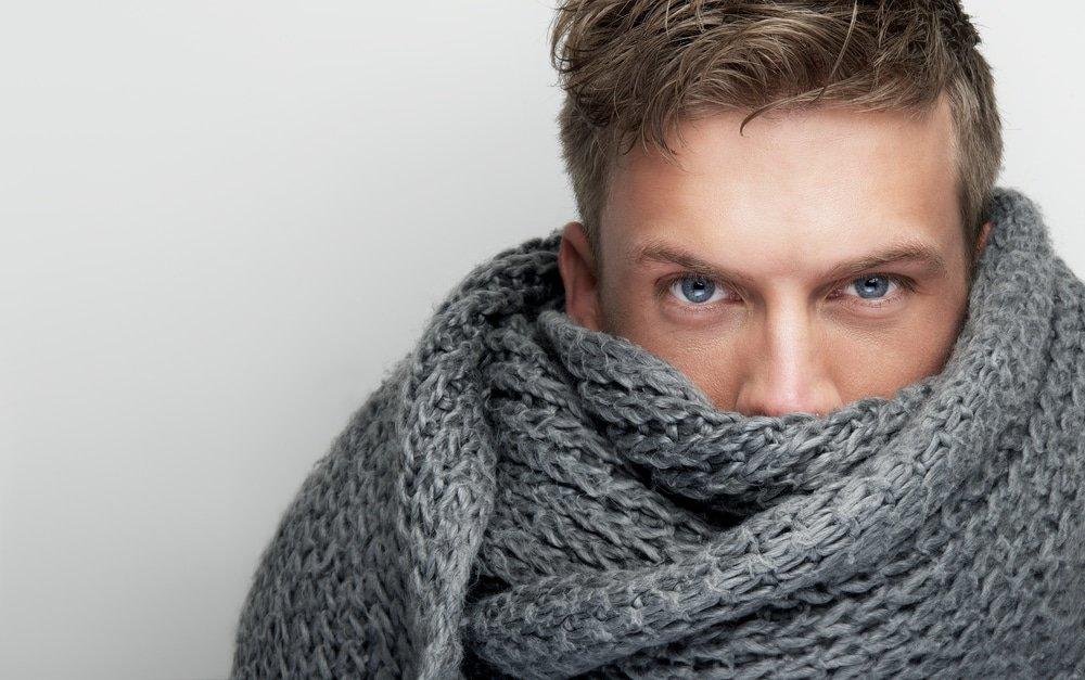 юноша в шарфе снуд