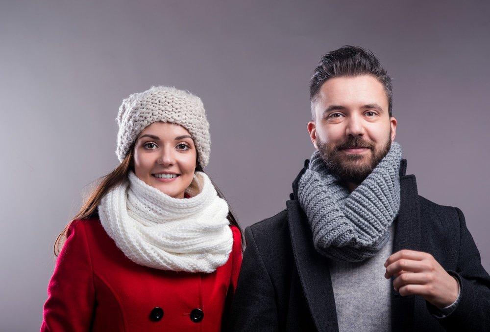 молодая пара в вязанных шарфах