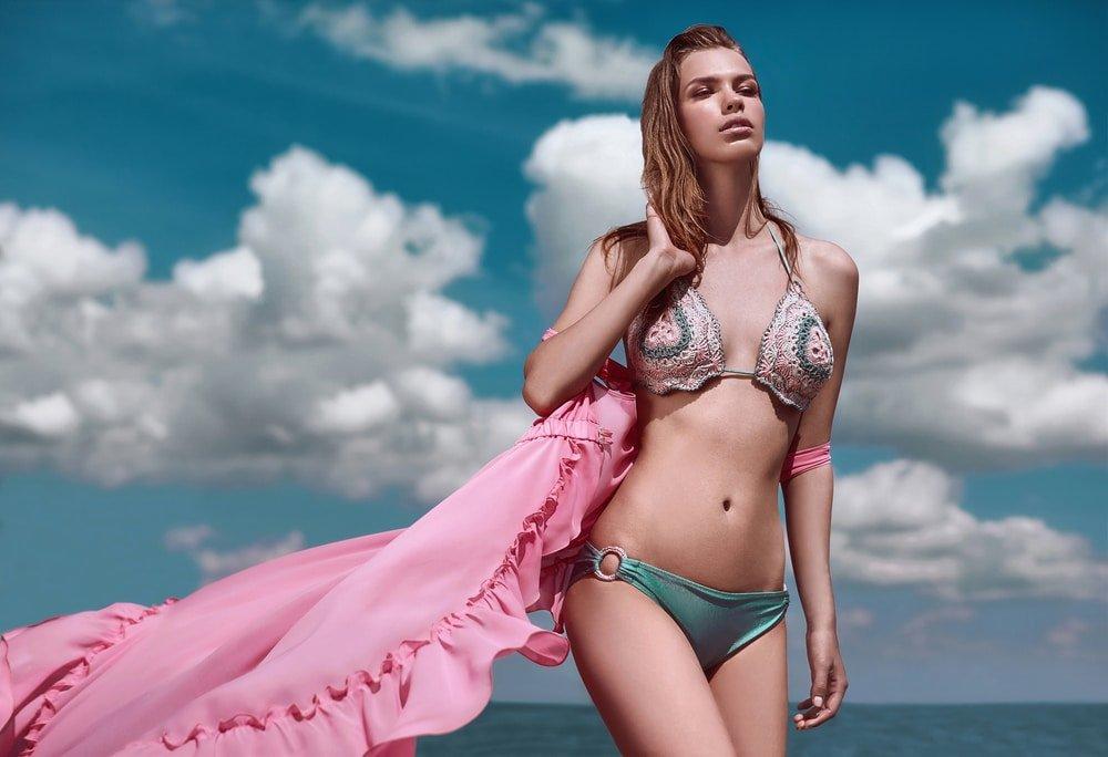 девушка в вязанном купальнике