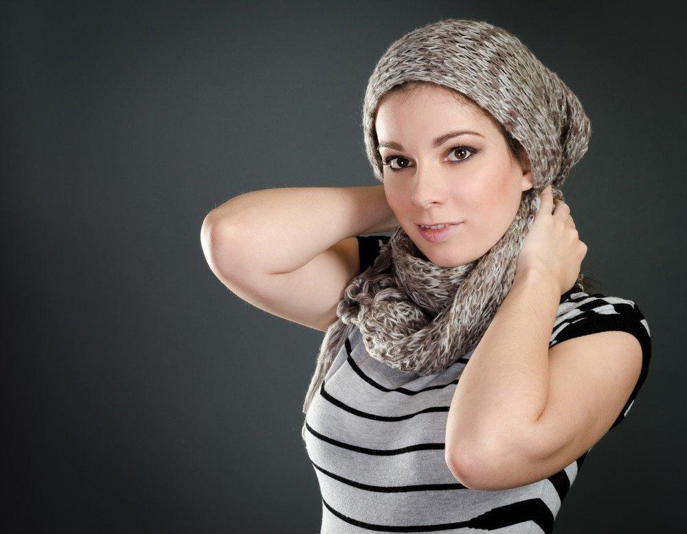 девушка в вязанном шарфе и шапке