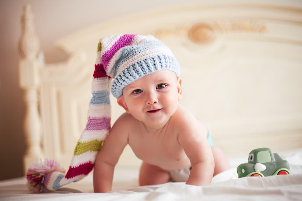 модная шапочка для новорожденных спицами с описанием