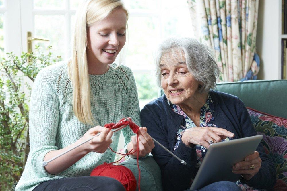 бабушка учит вязать внучку