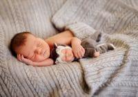 ребенок спит в пледе