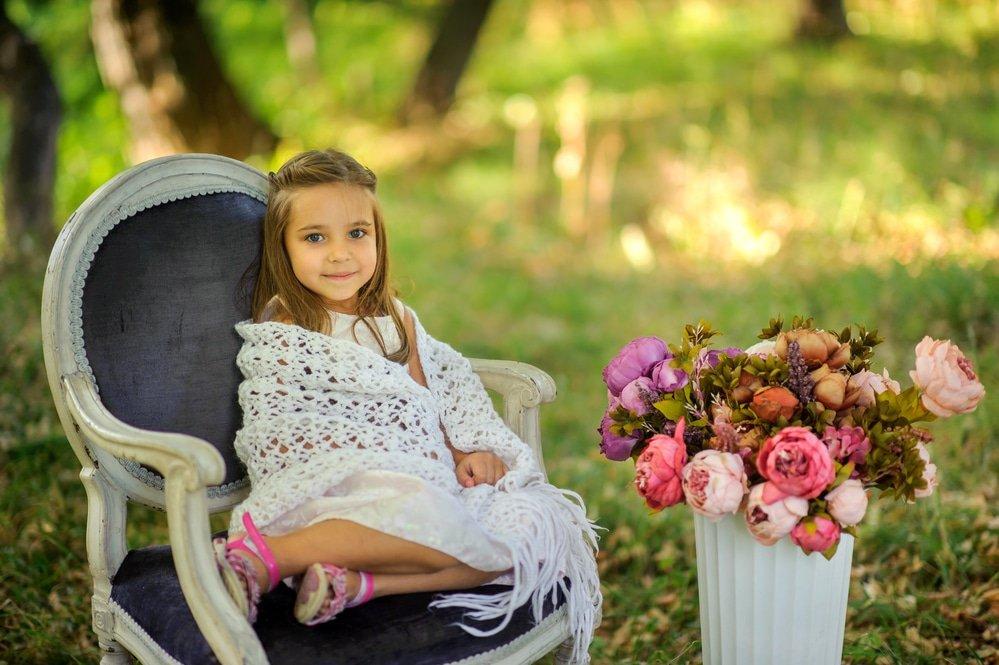 девочка в вязанном палантине